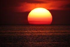 在海天线的太阳 免版税库存图片