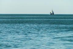 在海天线的运输船 图库摄影