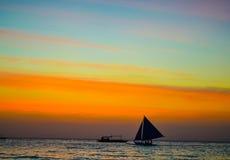 在海天线的风船在日落背景珍珠 免版税库存照片