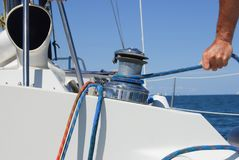 在海安全和保证概念船舶绳索游艇细节的风船上 库存图片