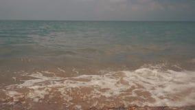 在海小卵石的柔滑的波浪 木瓦海滩 股票录像