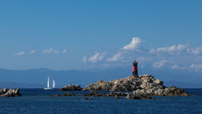 在海岛上的一点座被隔绝的灯塔 库存照片