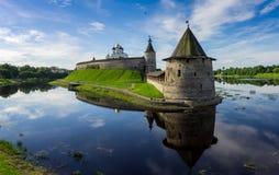 在海岛上的中世纪普斯克夫克里姆林宫 免版税库存照片