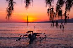 在海岛上的五颜六色的日出 免版税库存照片
