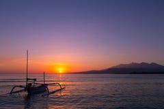 在海岛上的五颜六色的日出 库存图片