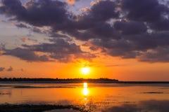 在海岛上的五颜六色的日出 库存照片