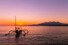 在海岛上的五颜六色的日出 免版税库存图片