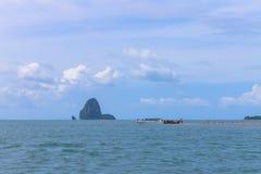 在海岛上的人们在海中间 库存照片