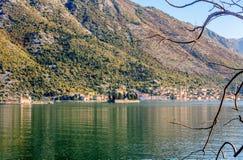 在海岛上的圣乔治教会博卡队海湾的,科托尔,黑山 免版税图库摄影