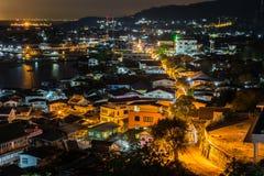 在海岛上的夜城市 免版税库存图片