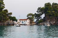 在海岛上的小正统教堂 库存图片