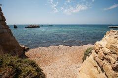 在海岛上的小海海岸线 库存照片