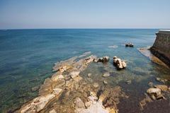 在海岛上的小海海岸线 免版税库存图片