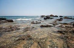 在海岛上的小海海岸线 免版税库存照片