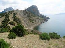在海岛上的山是陡峭和不能进入的 库存图片