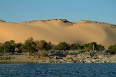 在海岛上的巨大的天鹅绒沙丘笨拙没有人,青尼罗河 阿斯旺,埃及 免版税库存图片