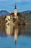 在海岛上的教会在有山风景的湖 图库摄影