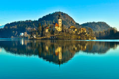 在海岛上的教会在有山风景的湖 库存图片