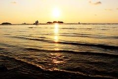 在海岛上的日落时间有橙色天空背景 免版税图库摄影