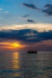 在海岛上的日落 免版税库存图片