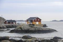 在海岛上的木挪威房子 免版税库存照片