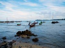 在海岛上的泰国fishermans小船 免版税图库摄影