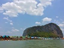 在海岛上的渔夫村庄在泰国 库存照片