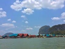 在海岛上的渔夫村庄在泰国 库存图片