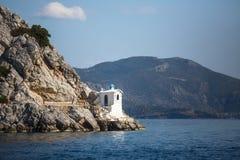 在海岛上的灯塔在爱琴海 免版税库存照片