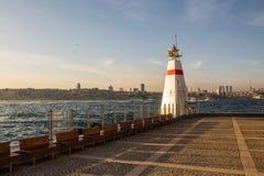 在海岛上的灯塔在Bosphorus的`少女` s塔`附近 伊斯坦布尔 火鸡 免版税库存图片