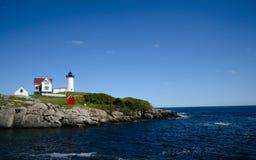 在海岛上的灯塔 免版税库存图片