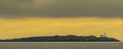 在海岛上的灯塔 免版税库存照片