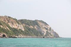 在海岛上的狂放的离开的海滩 库存照片