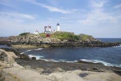 在海岛上的缅因灯塔 免版税库存照片