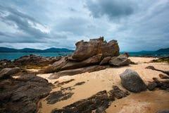 在海岛上的美丽的岩石 库存图片