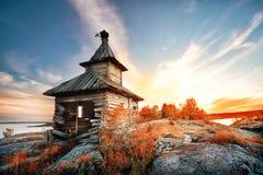 在海岛上的老木教会 免版税库存图片