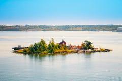 在海岛上的芬兰木巴恩蒸汽浴原木小屋在夏天 免版税库存图片