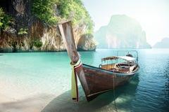 在海岛上的长的小船 库存照片