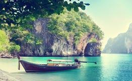 在海岛上的长的小船 免版税库存照片