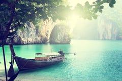 在海岛上的长的小船 免版税库存图片