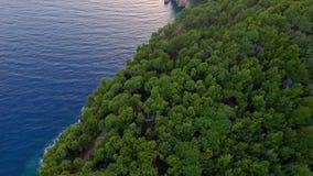 在海岛上的鸟瞰图海岸线有海的,美好的风景飞行的寄生虫  股票录像