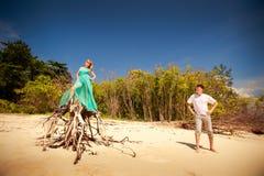 在海岛上的年轻愉快的亚洲夫妇 库存照片