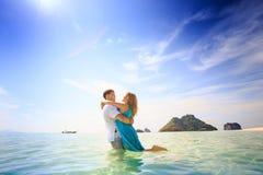 在海岛上的年轻愉快的亚洲夫妇 库存图片