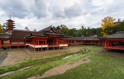 在海岛上的Itsukushima-jinja寺庙宫岛(Itsukushima) 图库摄影