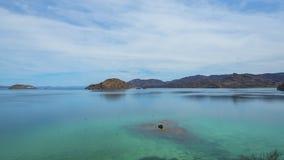 在海岛中的平静的海 免版税图库摄影