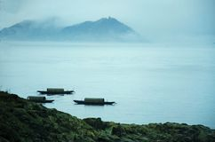 在海岛之间的小船 免版税库存照片