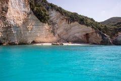 在海岛凯法利尼亚岛Kefalonia上的蓝色盐水湖在希腊 免版税库存图片