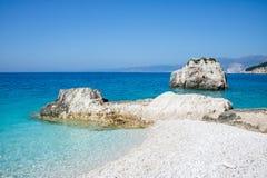 在海岛凯法利尼亚岛Kefalonia上的Fteri海滩在希腊 库存图片