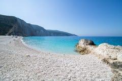 在海岛凯法利尼亚岛Kefalonia上的Fteri海滩在希腊 免版税图库摄影