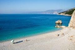 在海岛凯法利尼亚岛Kefalonia上的Fteri海滩在希腊 免版税库存图片